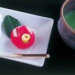 展覧会に合わせた、かわいい和菓子が楽しめる「Cafe 椿」